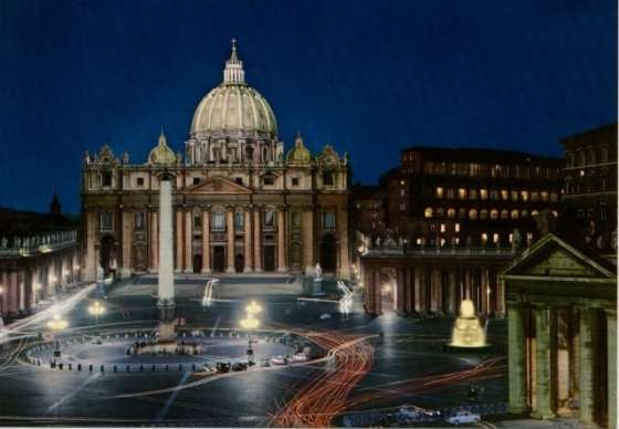 夜の幻想的なサン・ピエトロ大聖堂です。
